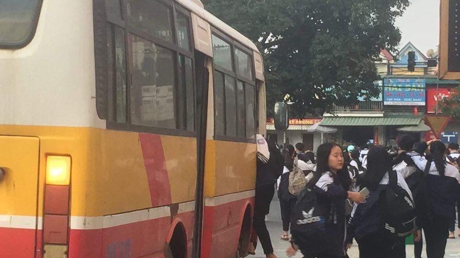 Gần 120 học sinh chen chúc trên xe buýt 60 chỗ đến trường