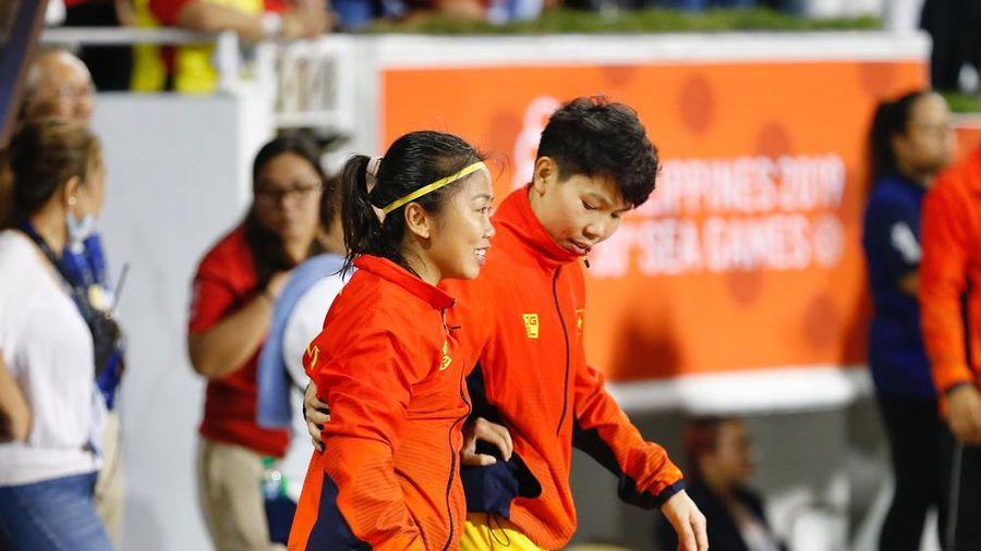 Đồng đội dìu Huỳnh Như lên bục nhận HCV SEA Games