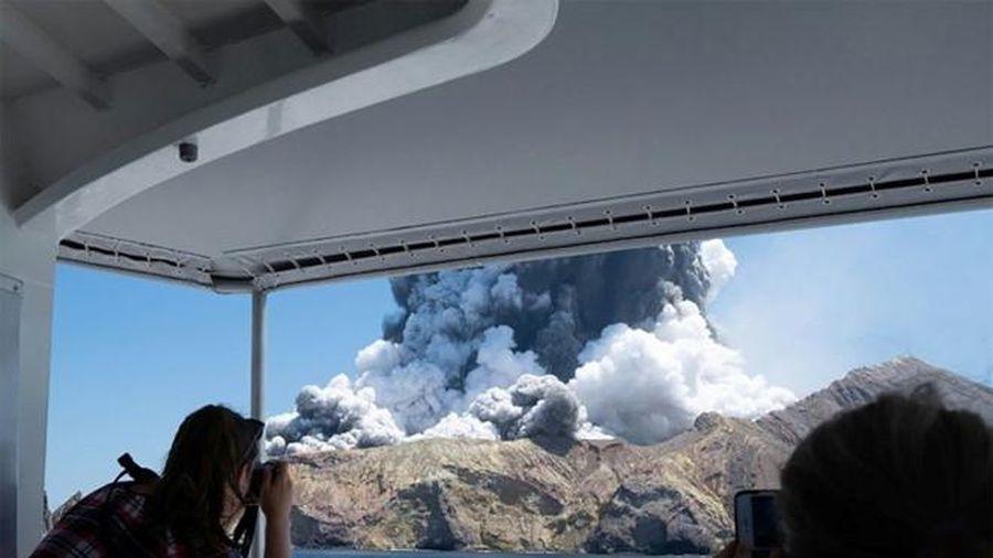Thước phim ghi cuộc chạy thoát nghẹt thở của nhóm du khách khi núi lửa New Zealand phun trào