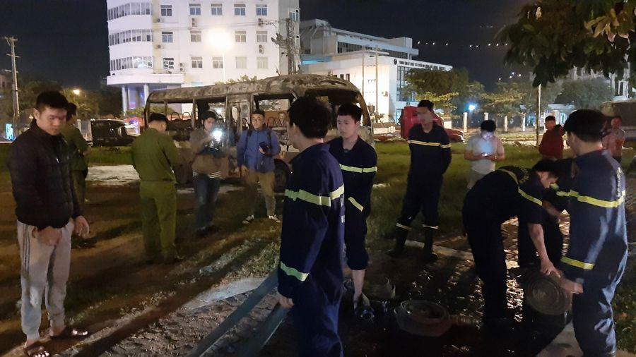 Xe khách 29 chỗ đỗ ở bãi bất ngờ bốc cháy trơ khung