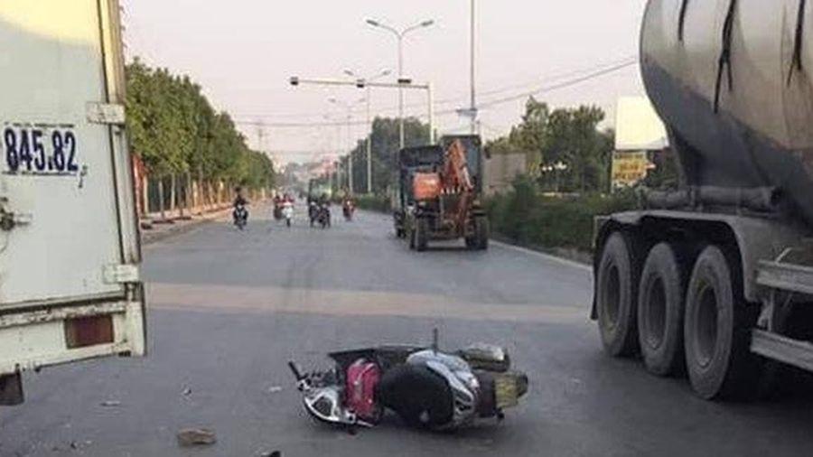 Hà Nội: Va chạm với xe tải, hai mẹ con thương vong