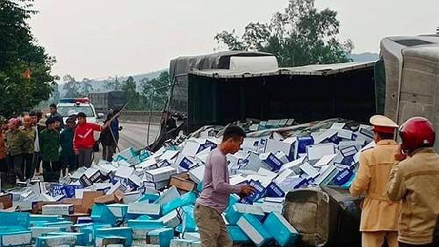Hà Tĩnh: Xe container lật, 20 tấn sữa tràn ra đường