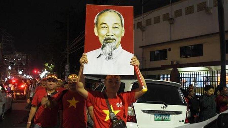 CĐV Việt Nam nhuộm đỏ phía bên ngoài 'chảo lửa' Rizal cổ vũ các 'Chiến binh sao vàng'