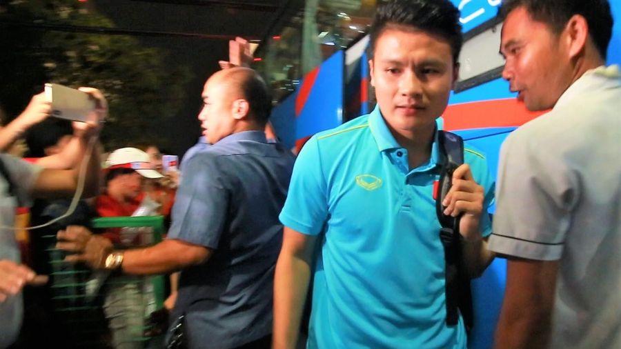 CĐV reo hò khi Quang Hải và các đồng đội đến sân