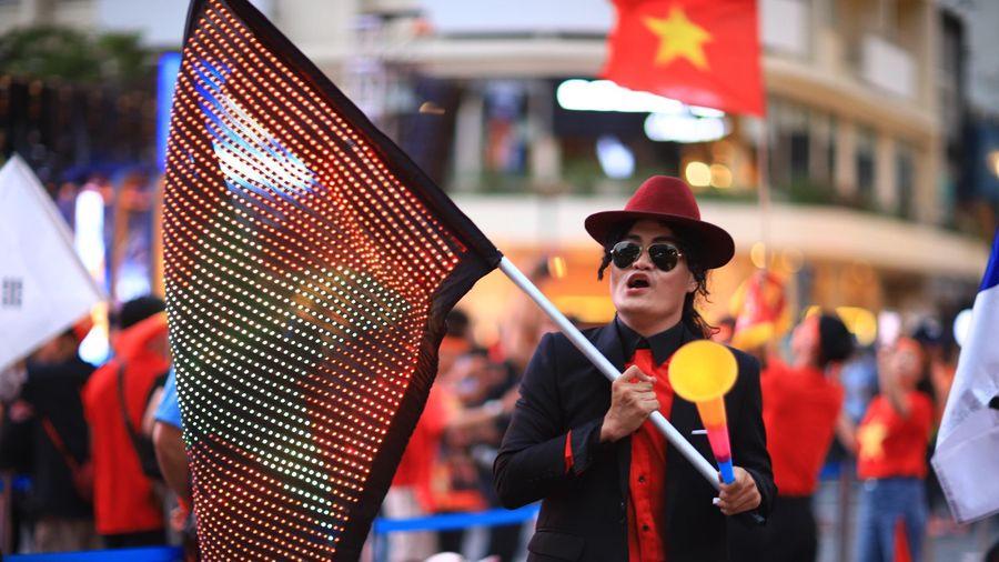 CĐV TP.HCM mang cúp vô địch cổ vũ U22 Việt Nam