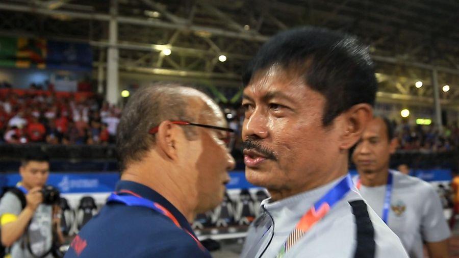 HLV Park ôm ông Indra Sjafri khi trận đấu sắp bắt đầu