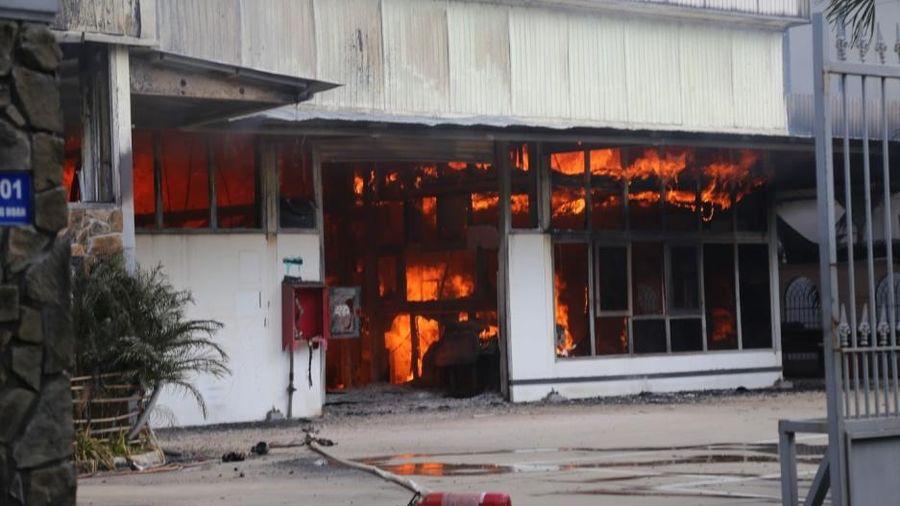 Cháy xưởng gỗ trong khu dân cư, bảo vệ được nhiều cơ sở liền kề