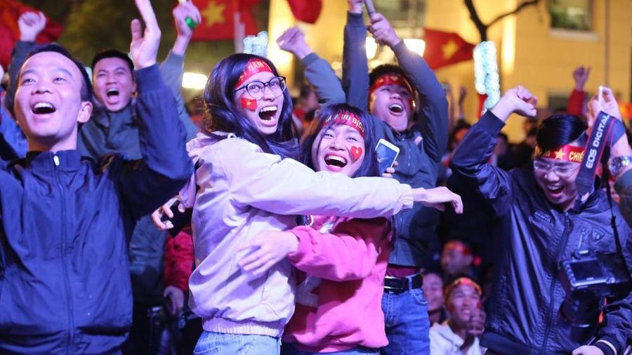 Người hâm mộ ăn mừng bàn mở tỷ số của Văn Hậu