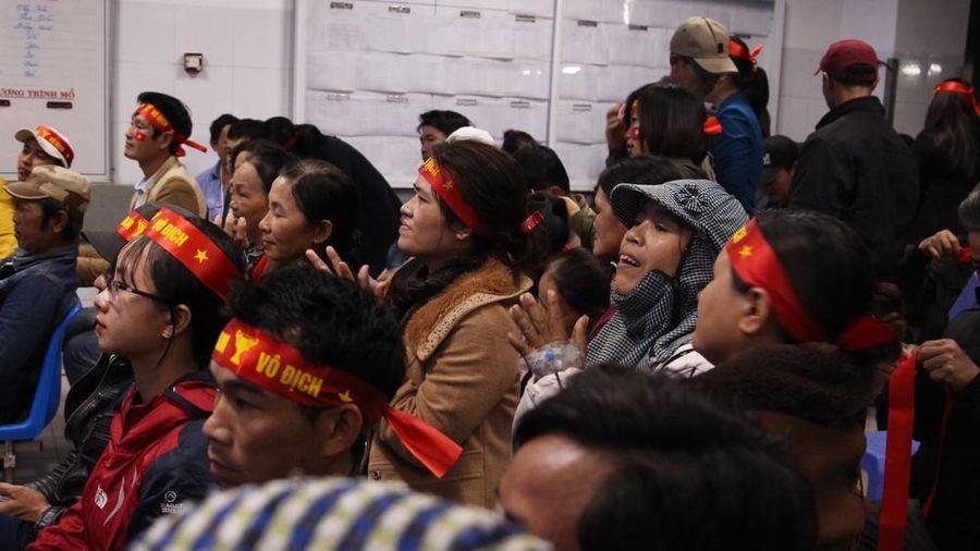 Hàng trăm bệnh nhân cắm kim chuyền, ngồi xe lăn 'tiếp lửa' U22 Việt Nam