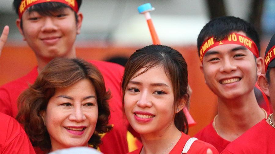 Bóng hồng Việt khoe sắc tiếp lửa U22 Việt Nam đấu Indonesia