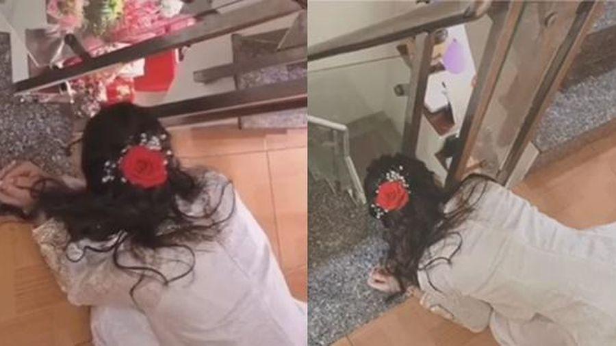 Cười không ngậm được miệng clip cô dâu quỳ rạp xuống chân cầu thang 'hóng' nhà trai lên rước