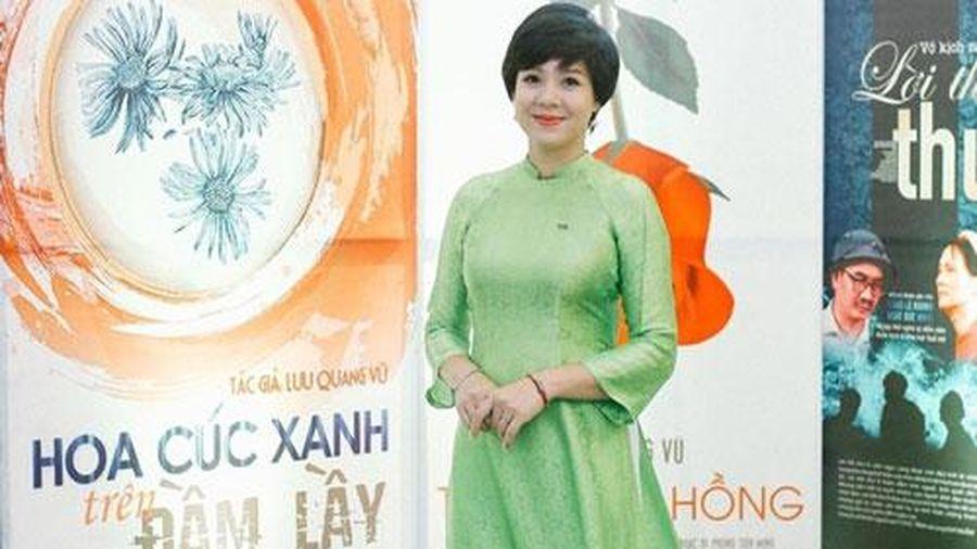 MC Diễm Quỳnh quanh năm mặc áo dài dẫn sóng