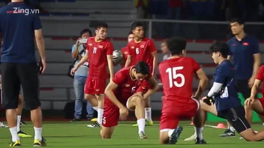 Quang Hải bất ngờ ra sân khởi động cùng đồng đội trong trận gặp U22 Indonesia