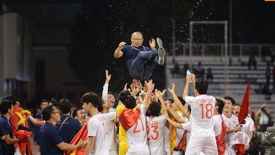 Loạt ảnh ăn mừng chiến thắng đầy xúc động của HLV Park Hang-seo và các học trò U22 Việt Nam