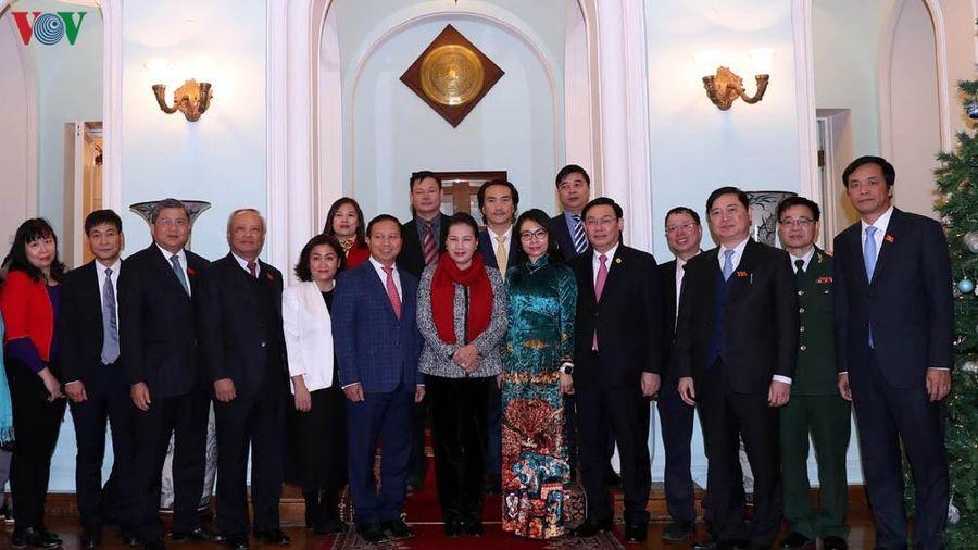 Chủ tịch Quốc hội gặp cán bộ, nhân viên Đại sứ quán Việt Nam ở LB Nga