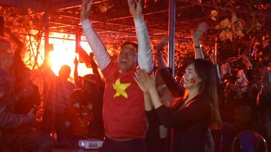 Pháo sáng đỏ rực tại nhà thủ môn Văn Toản mừng chiến thắng đội tuyển U22 Việt Nam