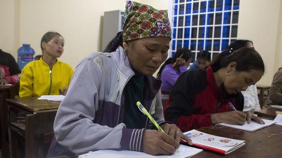 Lạ lùng lớp học nơi bản nghèo, 15 tuổi học mẫu giáo, 60 tuổi vẫn là học sinh