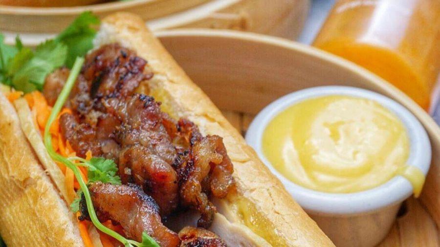 Siêu đầu bếp chế biến bánh mì thịt xiên kiểu Việt thế nào?