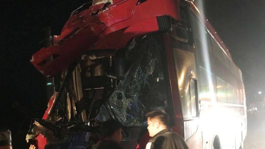 Hai xe khách tông nhau, 1 người chết, 3 người bị thương
