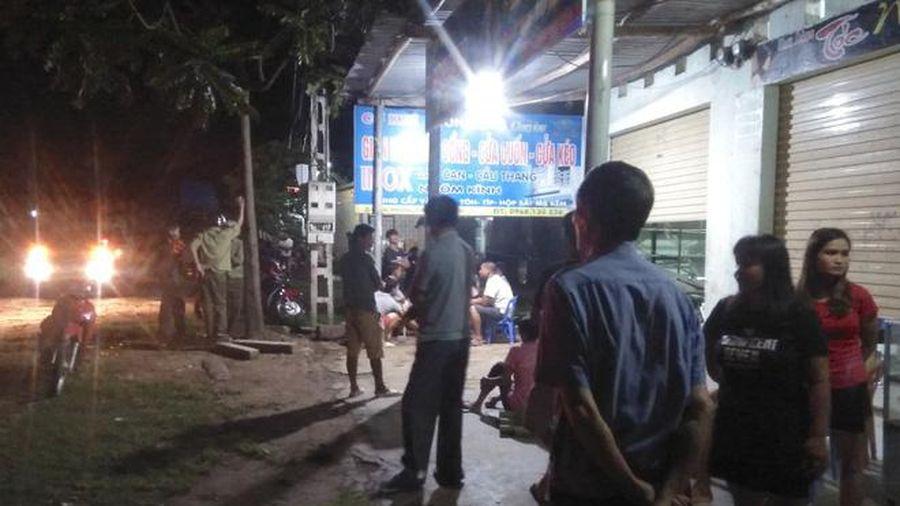 Bị từ chối chén rượu mời, 2 thanh niên chặn đánh người