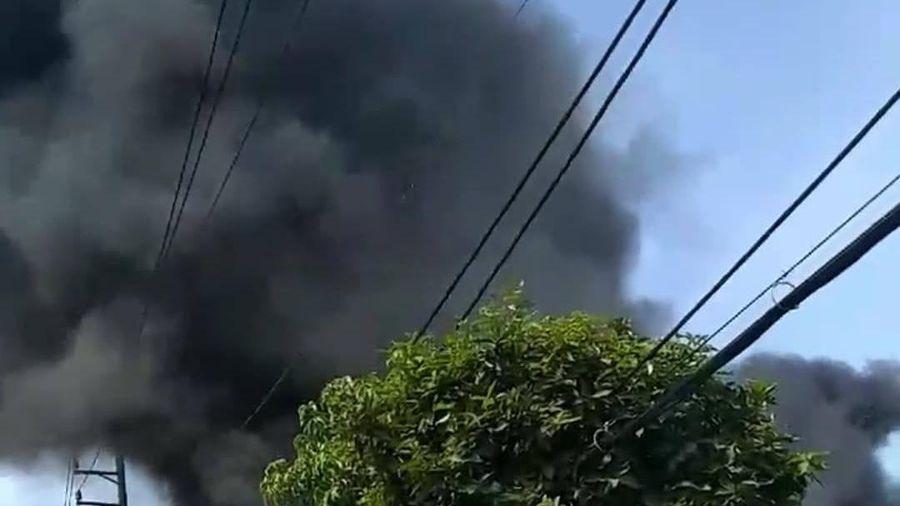 TP.HCM: Căn nhà chứa vải cháy dữ dội, nhiều người dân ôm đồ đạc tháo chạy thoát thân