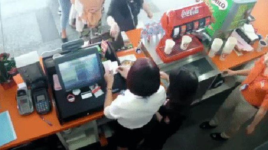 Xôn xao đoạn clip nữ khách hàng không xếp hàng còn hùng hổ lao vào quầy, lớn tiếng dọa nạt nhân viên: 'Đời mày chỉ làm con quét rác', 'Tao là giám đốc đấy'
