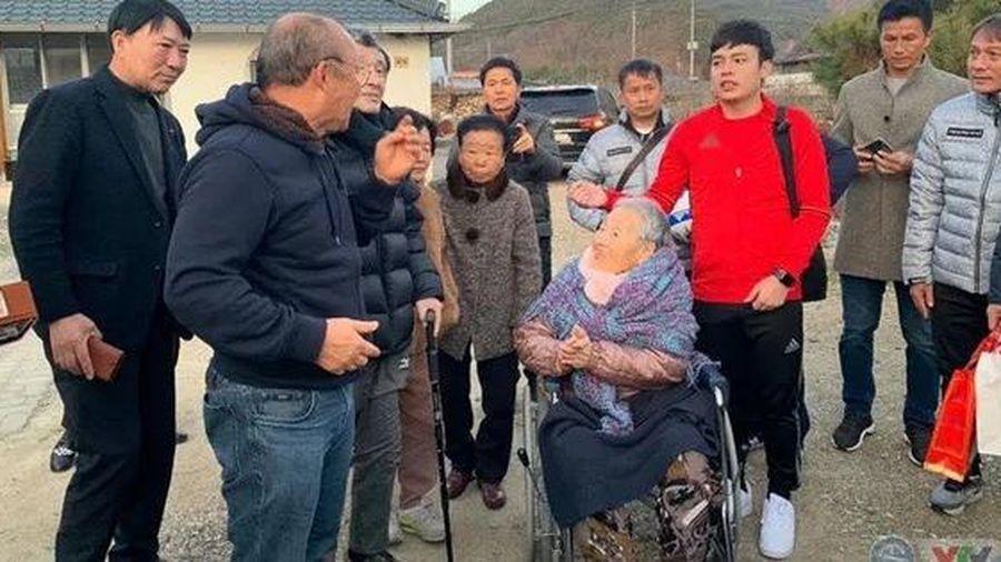 Xúc động ngày về thăm mẹ của HLV Park Hang-seo