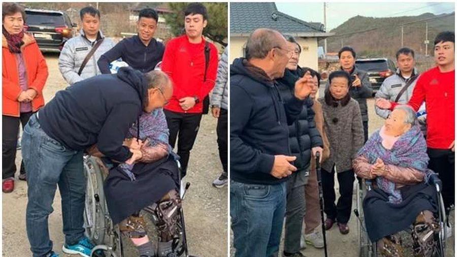 Xúc động hình ảnh HLV Park về quê, ôm chầm lấy mẹ già ngồi xe lăn