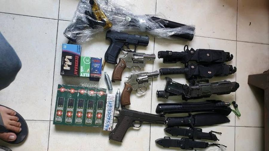 Bắt súng ở Tân Sơn Nhất, truy ra kho hung khí trong cư xá