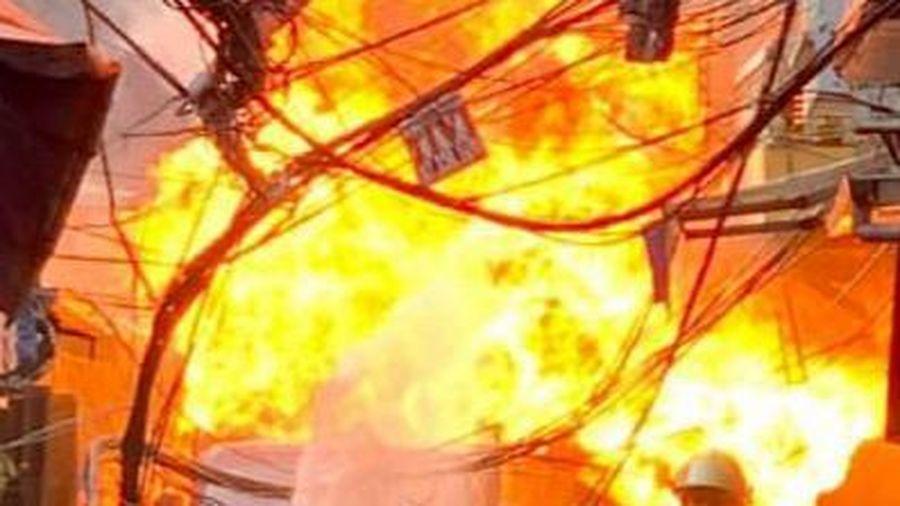 Cháy xưởng vải ở TP.HCM, người dân ôm tài sản tháo chạy