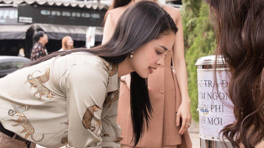 Hoa hậu Thế giới Megan Young ăn phở, uống trà đá ở Việt Nam