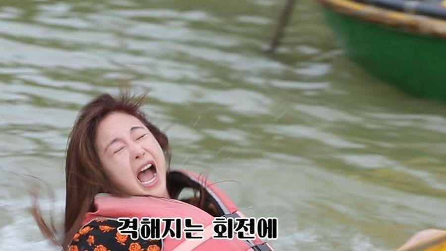 Diễn viên Hàn ngã nhào khi chơi trò lắc thúng ở Hội An