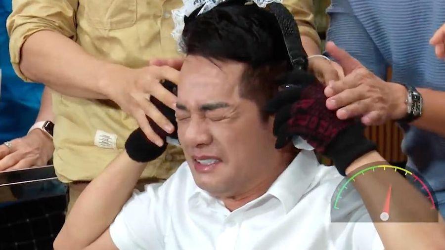 Minh Nhí phải đeo tai nghe bằng đá lạnh ở game show