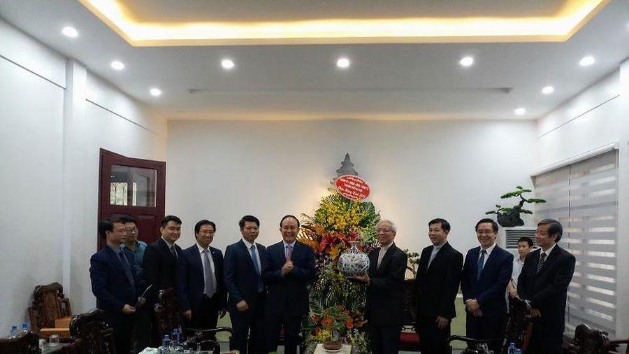Phó Chủ tịch Thường trực HĐND TP Nguyễn Ngọc Tuấn chúc mừng Tòa Giám mục Bắc Ninh