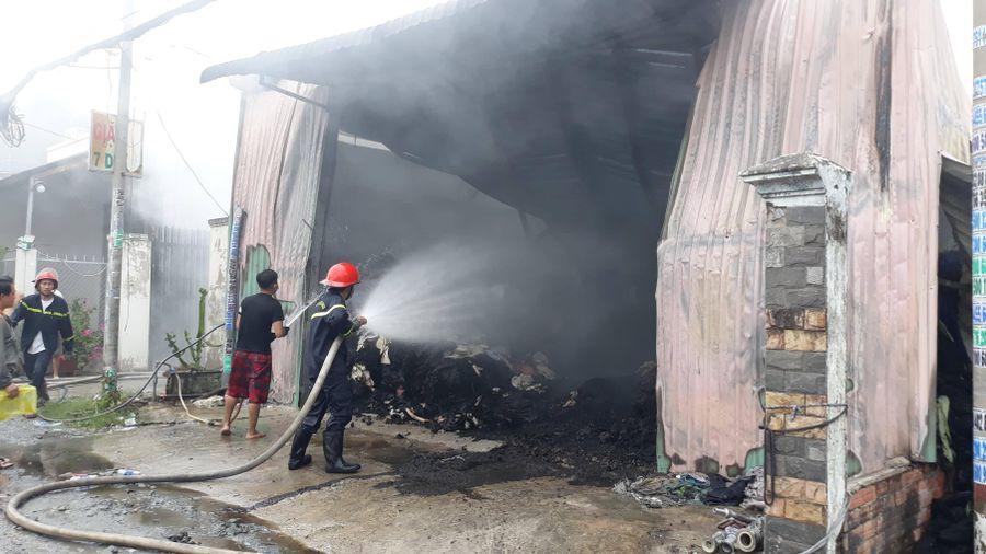 Xưởng vải bốc cháy ngùn ngụt ở Hóc Môn
