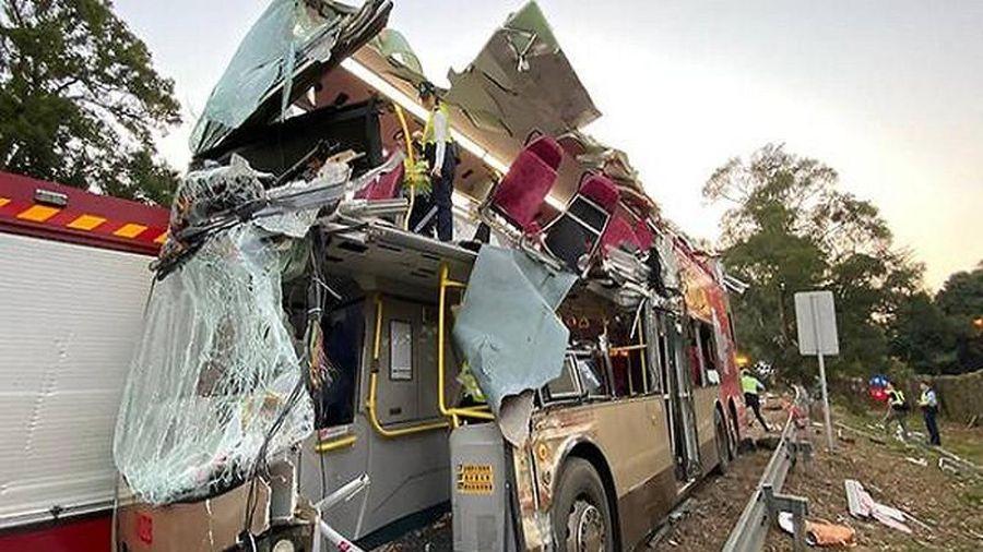 Kinh hoàng xe buýt vỡ nát vì đâm vào cây ở Hong Kong, nhiều thương vong