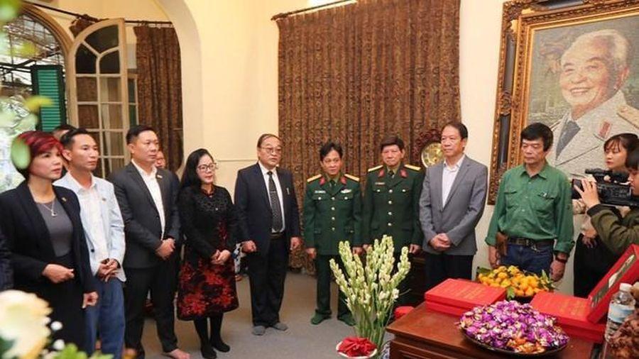Tặng sách ảnh Đại tướng Võ Nguyên Giáp trong lòng dân cho gia đình Đại tướng