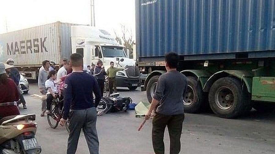 Đón cháu đi học về, 3 ông cháu thương vong dưới bánh xe container