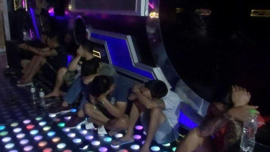 Hàng chục thanh niên phê ma túy tại 4 phòng bar mini