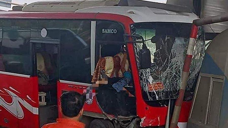 Xe khách tông trúng trạm thu phí