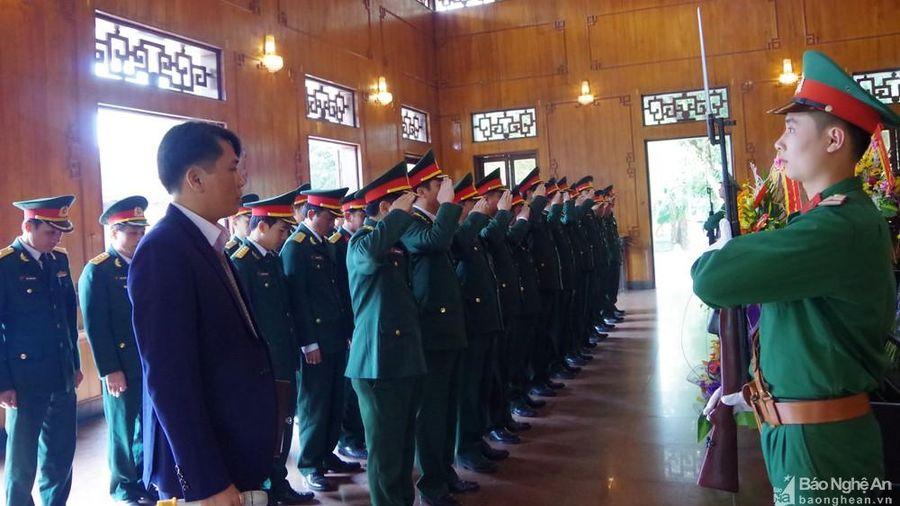 Đảng ủy Bộ CHQS tỉnh dâng hương tại Khu Di tích Kim Liên và Nghĩa trang liệt sĩ thành phố Vinh