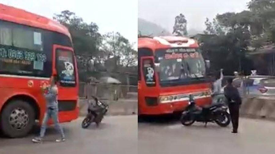 Clip 2 kẻ hổ báo chặn xe khách giường nằm ở Thanh Hóa, đập bể cửa kính