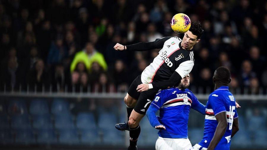Cristiano Ronaldo lập siêu phẩm bật cao đánh đầu hạ gục Sampdoria