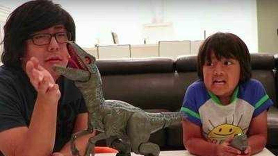 Cậu bé 8 tuổi kiếm được 26 triệu USD qua kênh Youtube