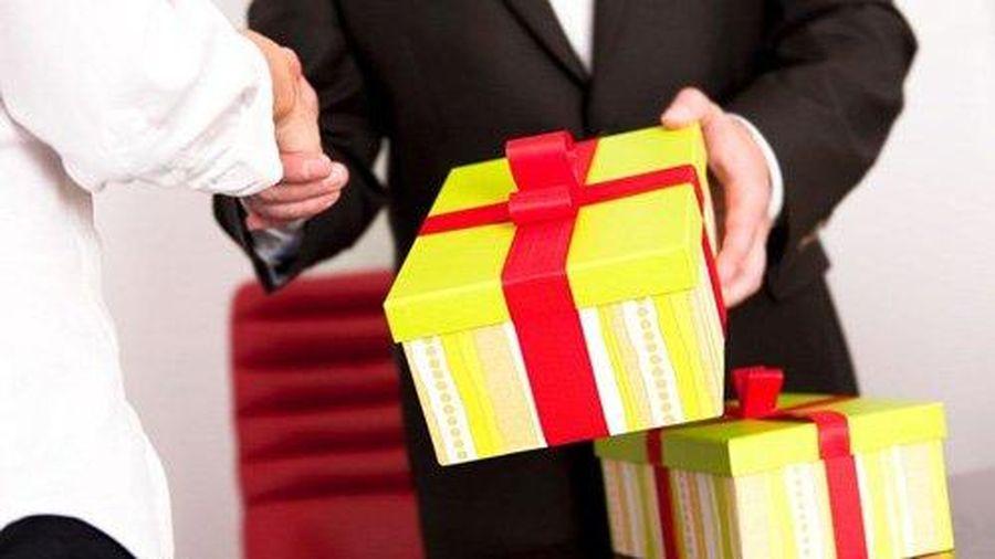 Trả thưởng Tết cho người lao động bằng hiện vật: Thưởng bằng tiền tốt hơn!