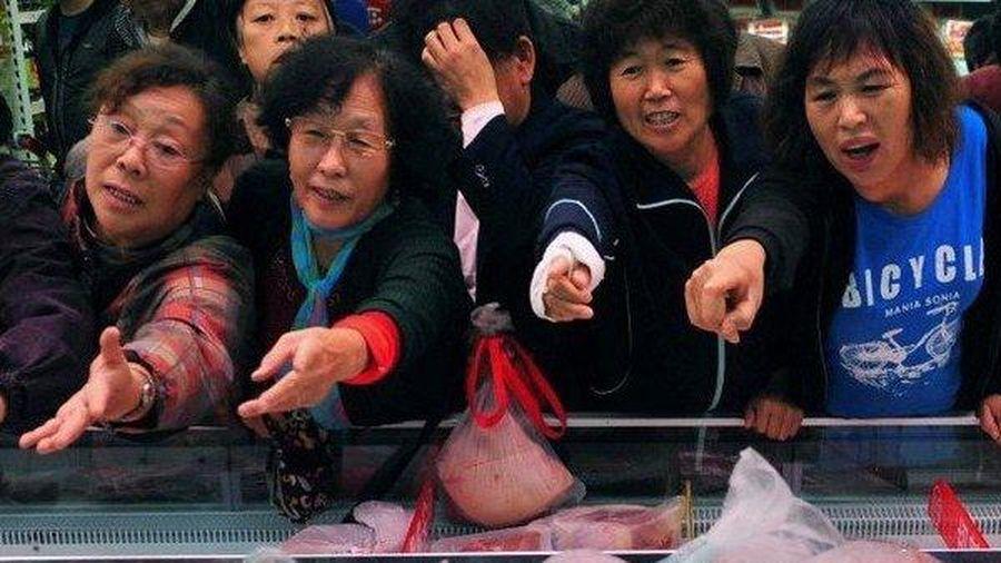 Ngân hàng tung chiêu độc, tặng thịt lợn để hút khách hàng