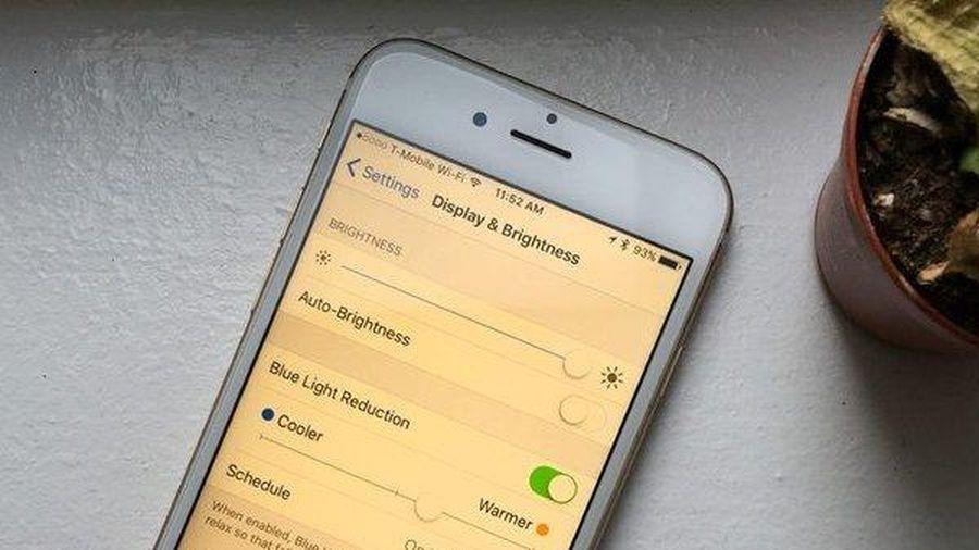 Chế độ ban đêm trên smartphone gây hại cho giấc ngủ hơn ánh sáng xanh