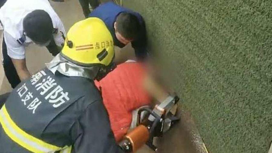 Đầu bị kẹt dưới rào chắn bảo vệ, người đàn ông được giải cứu một cách ngoạn mục