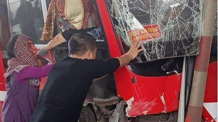 Xe khách giường nằm lao vào trạm thu phí Bỉm Sơn, 5 người bị thương