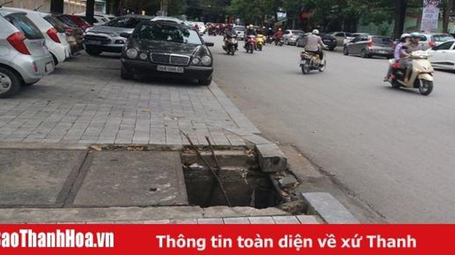 Cần lắp ngay nắp hố ga bị mất trên đường Hạc Thành